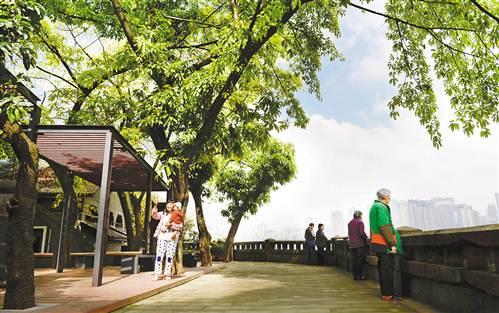 在渝中区嘉西村社区文化小广场,居民在此休闲。而环境整治前,这里曾是一片荒地。