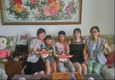 苏宁云商集团郑州分公司的高管到苏宁会员家中送上礼物