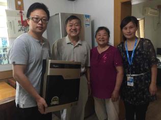 苏宁云商集团南京分公司的员工将惠而浦净水器送到刘维贵老人家中