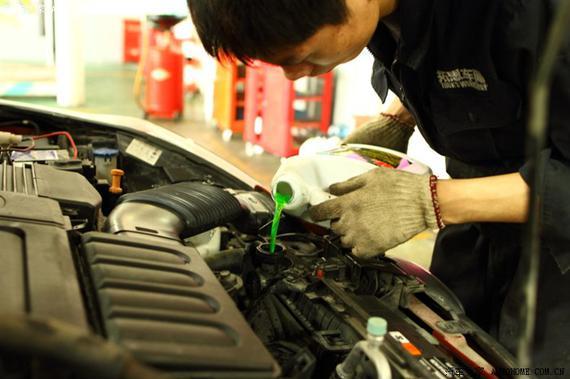 汽车水箱如何加水 (下面的水都是指专用冷却液)   汽车水箱加水的时候要注意当心高温,所以最好在冷车的时候加注。打开水箱盖或膨胀壶盖(不同车型加注位子不同)。把车打着,要是水箱里一点水都没有的话,可以先加一部分水,再打着车,把或水慢慢加入,直到有水溢出,然后盖紧盖子,同时可以加点油门让水温上升。直到冷却风扇工作,等风扇停下时,找块湿毛巾盖住盖子慢慢打开,看看是否到标准水位线,要是不够再加到位就可以了。   汽车水箱怎么清洗?   即使你对爱车呵护备至,也免不了有水垢的产生,这时候就需要清洗水箱了。