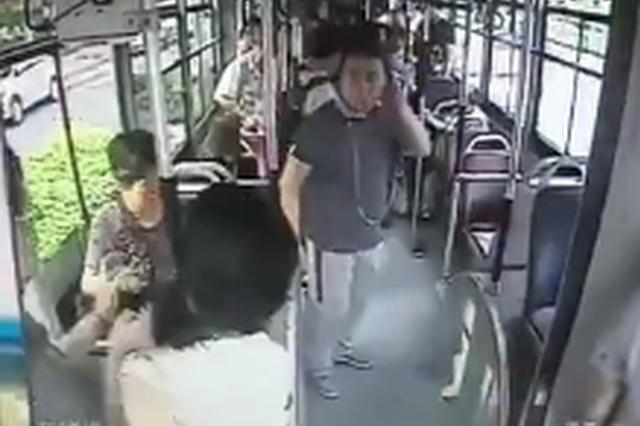 一女子掌掴公交车色狼被割脖颈 现场监控曝光