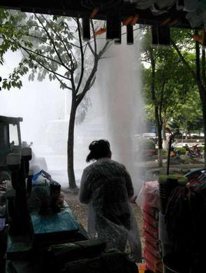 """施工不慎挖爆水管形成10米""""喷泉"""""""