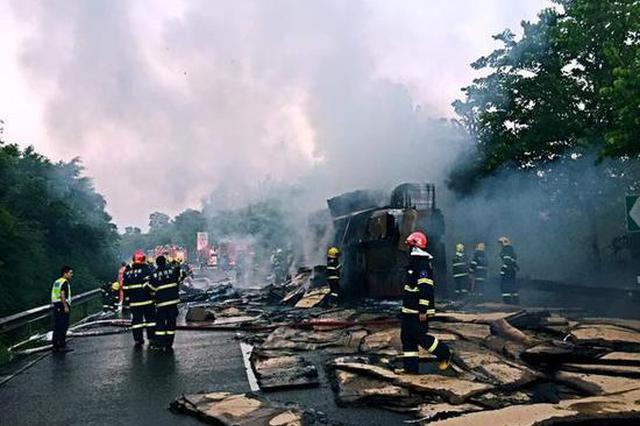 今天凌晨 大货车自燃致沪渝高速受阻4小时