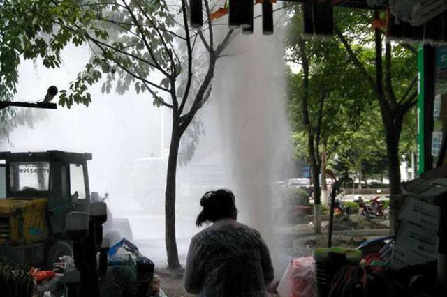 """施工不慎挖爆水管形成10米高""""喷泉""""(图)"""