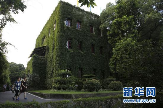 """重庆一高校""""树屋"""" 建筑被绿叶包围"""