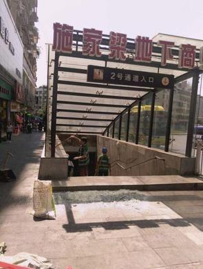 重庆有多热?地下通道口玻璃都热炸了
