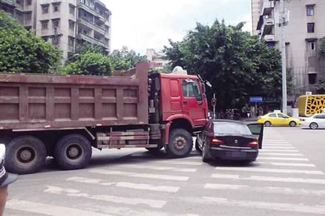 大货车盲区撞上小轿车 推行五六米远无人受伤