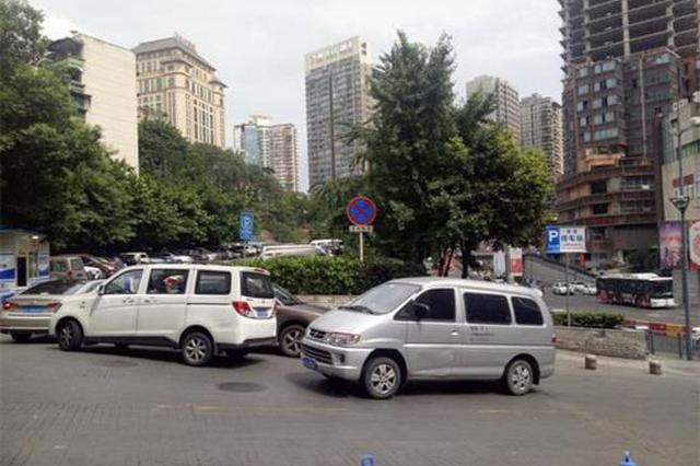 """重庆市民遭遇违章停车 进停车场""""卡起""""遭抓拍"""