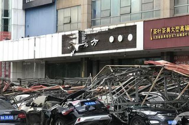 金源广场一广告牌被风吹垮 消防救出一名伤者