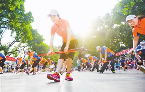 8月3日,大田湾全民健身中心广场,市民参加健身展演