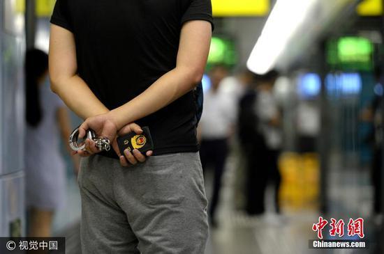 """实拍重庆反扒便衣警察 混迹人群期待""""街上无贼"""""""