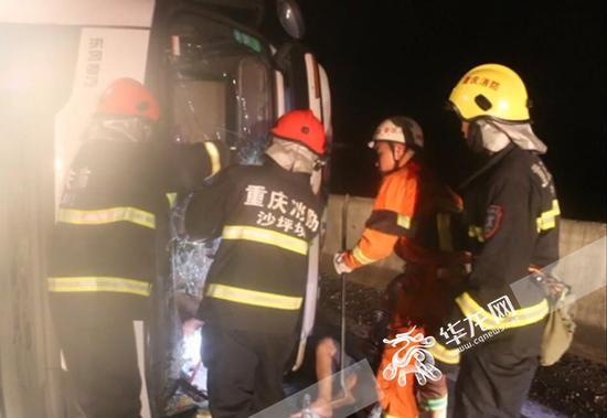消防战士破拆救援。 通讯员 唐浩 杨梅 摄