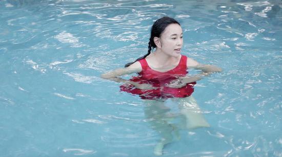 刘晓庆素颜泳装出镜显老:装嫩我真不会!