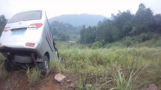 面包车弯道失控连冲两级堡坎 致车内乘客多处骨折