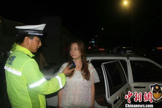 女司机酒驾被查中途欲跳警车 跳车未遂后殴打警察