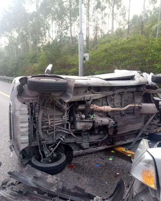 面包车行驶过程中突发故障 引发追尾致1人重伤