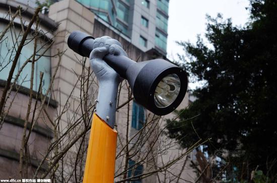 重庆现手电筒造型路灯 市民:举着累不累