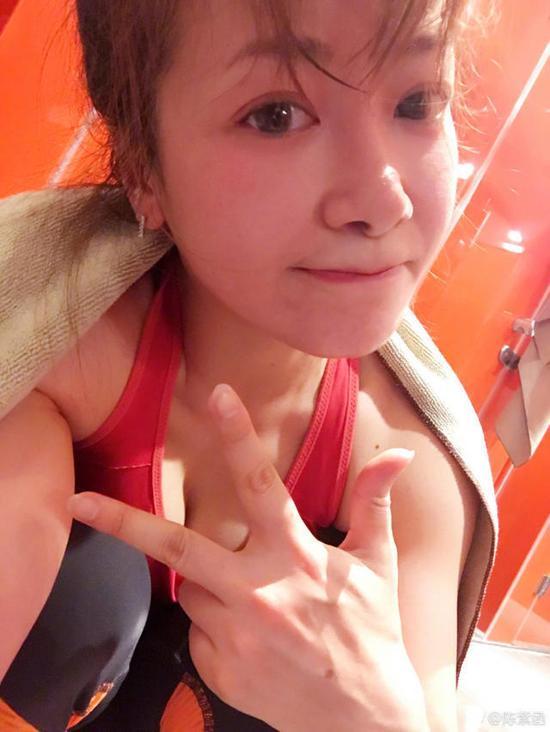 重庆妹陈紫函练瑜伽面色红润 俯身秀好身材