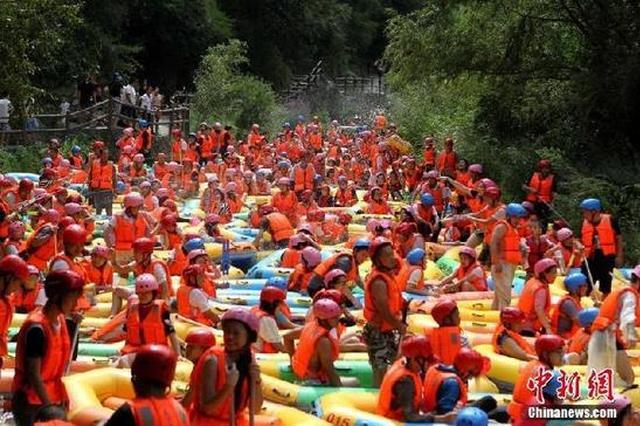 游客组团去大峡谷漂流遭堵 水中跳广场舞解闷