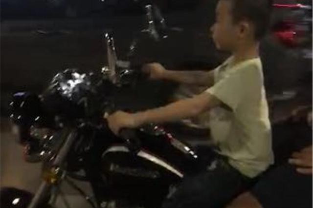 七岁男孩驾驶摩托上路 父亲被罚2000元并吊销驾照