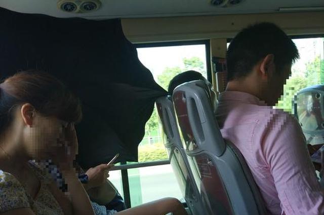 女子公交车上打伞 同车乘客表情不可描述(图)