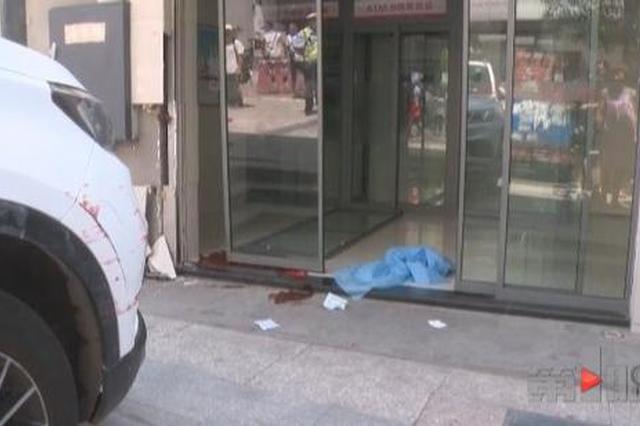 重庆一车辆冲下梯坎 路人当场被撞身亡