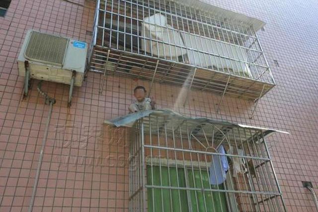 惊魂一幕!重庆男孩阳台玩耍 掉到楼下雨棚上