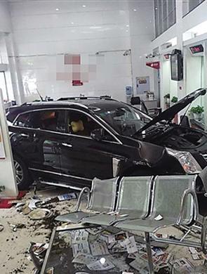 重庆一小车撞碎玻璃冲进银行