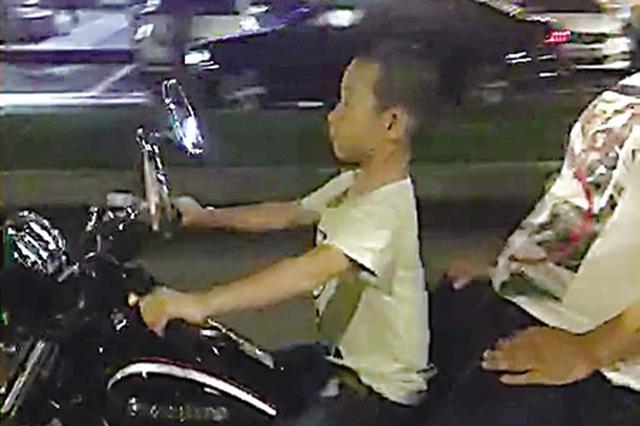 让7岁儿子驾摩托车 父亲遭罚2000元还吊销驾照