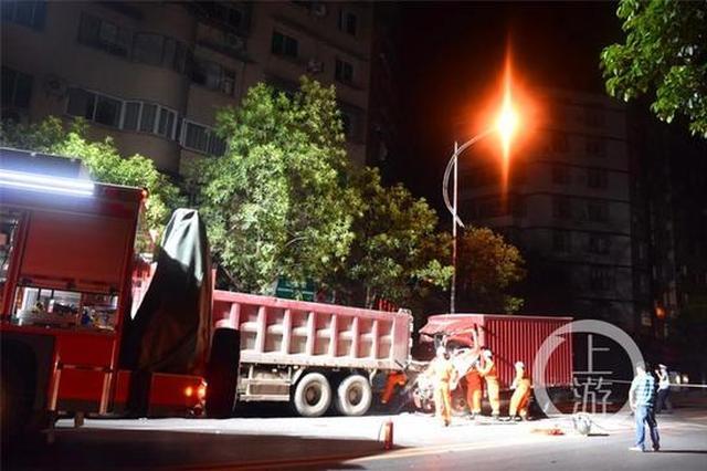 满载胶水货车追尾酿事故 消防成功救出驾驶员