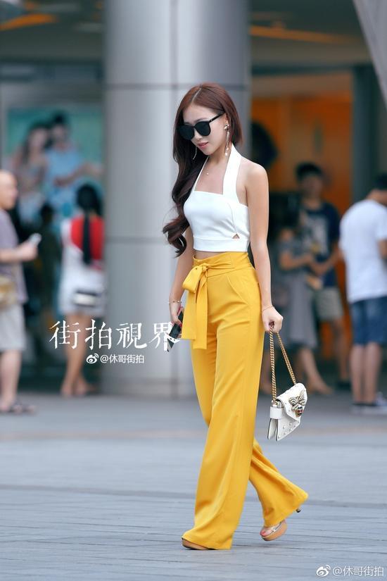 重庆高温再次来袭直飙42℃ 街拍高颜值美女秀长腿