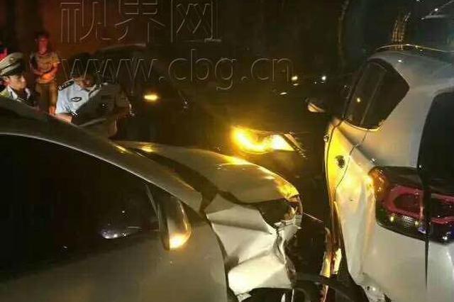重庆一高速隧道三车猛烈相撞 返程高峰请注意安全