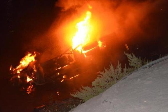 重庆大货车不慎掉入嘉陵江中 发生碰撞后引发大火