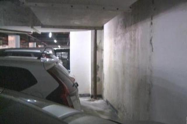 重庆一地下车库不停往外冒水 业主车子倒了霉