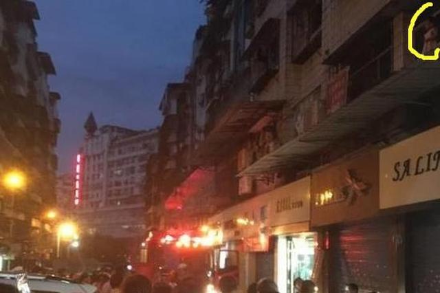 重庆:小女孩翻窗悬空坐雨棚上 惊险得令人窒息