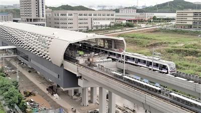 """轨道交通10号线列车在长河站进行""""热滑""""试验。(摄影爱好者""""琉禾""""供图)"""