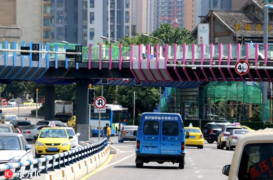 重庆最炫彩天桥即将完工 红紫蓝三色内置LED照明