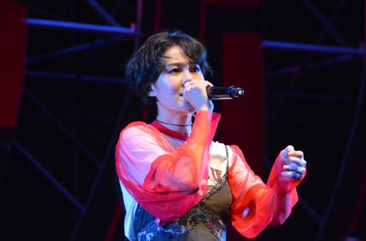 歌手郁可唯现场表演