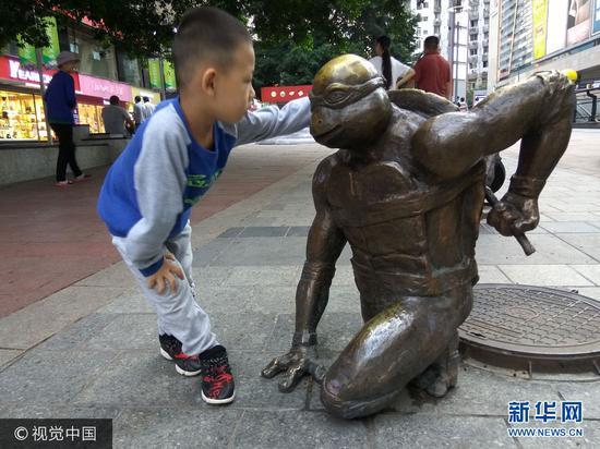 忍者神龟亮相重庆街头 引市民围观拍照