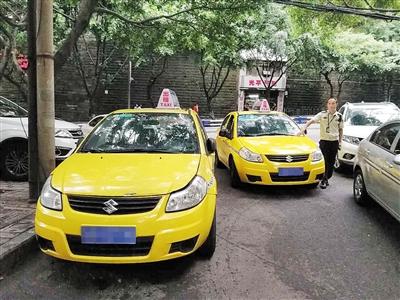 套牌车(左)与正牌出租车外观看上去一模一样。