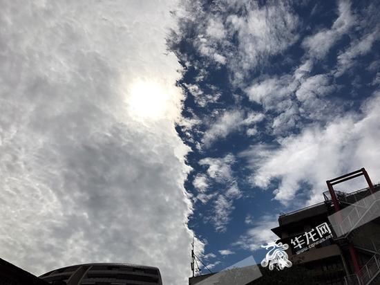 """天空仿佛被""""一分为二"""" 一半是云一半是天。"""
