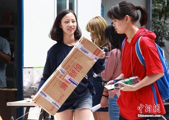 """重庆高校快递""""爆仓"""" 学生排长队领包裹"""