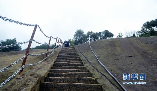 重庆现陡峭石梯 坡度近乎垂直堪比华山