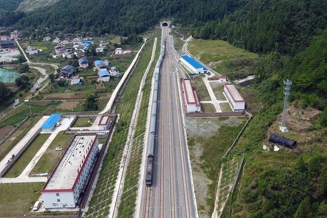 兰渝铁路开通 打通渝甘旅游快捷通道