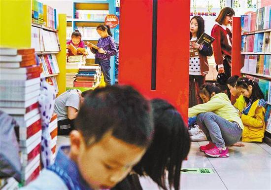 10月5日,渝中区新华书城,孩子们在书店内看书