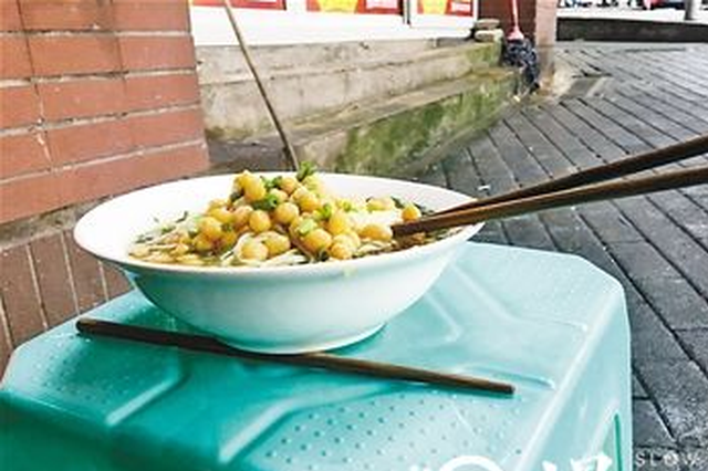 稀奇!重庆这家小面居然要用三根筷子吃