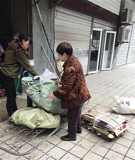 市民在卖快递包裹废纸箱