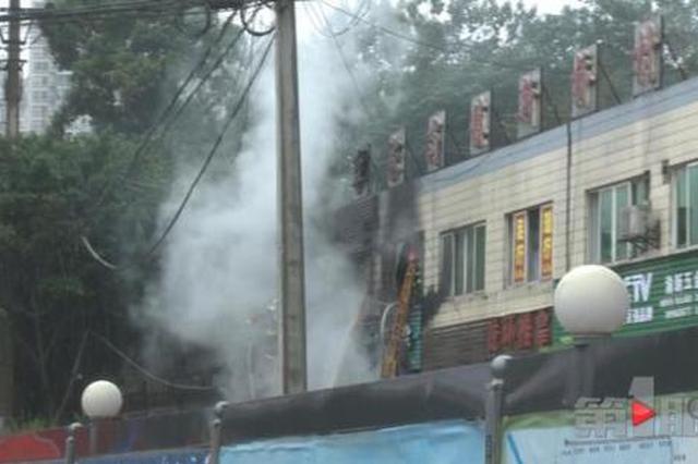 重庆一店铺起火 现场浓烟滚滚还时常伴有爆炸声