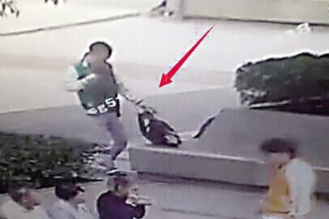 别人下班带着妻子逛街 重庆男子下班和妻子抓小偷