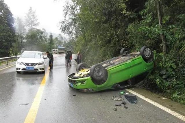 美女司机弯道处急刹 轿车四轮朝天翻倒在路边